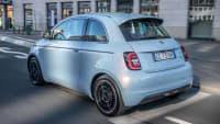 Heckansicht des Fiat 500e fahrend auf einer Straße
