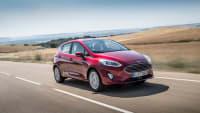 roter Ford Fiesta Titanium faehrt auf Strasse