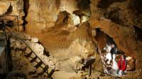 Besucher in einer beleuchteten Grotte der Laichinger Tiefenhöhle