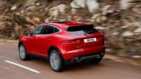 Roter Jaguar E-Pace faehrt auf Strasse