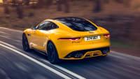 Heck des Jaguar F-Type fahrend