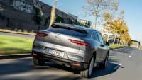 Jaguar I-Pace fahrend auf der Straße