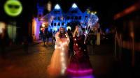 Zwei junge Frauen mit beleuchtetem Kostüm in der nächtlichen Lichterwelt von Kronach