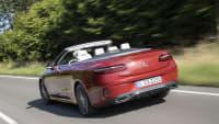 Mercedes E-Klasse Cabrio fahrend von hinten