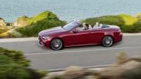 Mercedes E-Klasse Cabrio fahrend auf der Straße