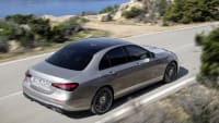 Mercedes E-Klasse Facelift fahrend aus der Vogelperspektive