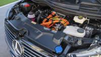 Ein Blick in den Motorraum zeigt den Motor des Mercedes EQV