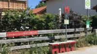 """Mitnahmebank des """"selbstgeschnitzten Nahverkehrs"""" in Riegsee n aus einem Sommerferien-Freizeitprojekt"""