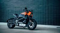 Harley Davidson LiveWire stehend vor einer Wand