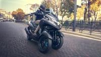 Yamaha Tricity fahrend auf einer Straße