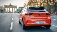 Heckansicht des Opel Corsa e fahrend auf der STraße