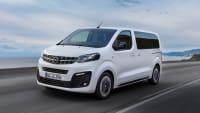 weisser Opel Zafira faehrt auf Strasse