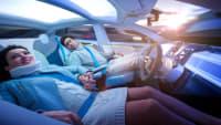 Paar liegt in autonom fahrendem Auto