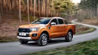 Bronzener Pickup Ford Ranger Wildtrak fährt auf einem Waldweg