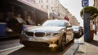 Das Plug-in-Hybrid-Modell BMW 330e an der Ladesäule in der Stadt
