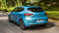Heckansicht des Renault Clio fahrend