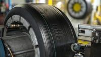 Runderneuerte Reifen. Alte Reifen werden aufgerauht