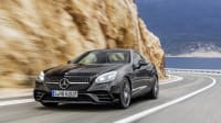 Mercedes SLC Sportwagen fährt auf Küstenstrasse