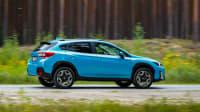 Blauer Subaru XV e-Boxer fährt auf einer Landstrasse