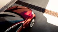 roter Tesla Model 3 aus der Vogelperspektive