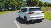 Golf GTI fährt auf einer Strasse, aufgenommen von schräg hinten