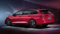 Schräge Seitenansicht von einem roten VW Golf Variant eTSI