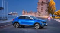 blauer VW T-Roc steht am Hafen