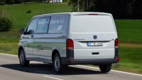 Heckansicht des Elektro VW T6 fahrend