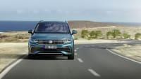 VW Tiguan fährt auf einer Straße