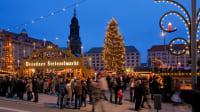 Ein Schwibbogen bildet den Eingang zum festlich belechteten Dresdner Striezlmarkt