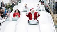 Ein Weihnachtsmann rutscht vergnügt auf dem Weihnachtsmarkt in Kassel