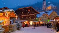 Der verschneite Marktplatz während dem Weihnachtsmarkt Salzburger Bergadvent