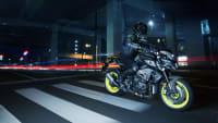 die Yamaha MT-10 fährt durch die Nacht