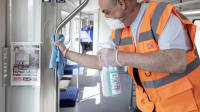 Reinigung eines Regionalzuges  der Deutschen Bahnzur Zeit der Corona Pandemie