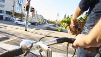 Radfahrer warten an der roten Ampel