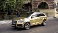 Gold folierter Audi fährt auf Straße