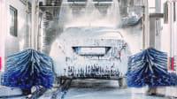 Das folierte Auto darf durch die Waschstrasse mit weichen Bürsten fahren
