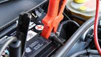 Starthilfekabel sind an Batterie angelegt weil das Auto nicht anspringt