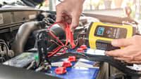 Autobatterie wird mit Ladegerät aufgeladen