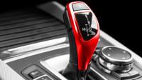 Ein Roter Schalthebel eines Autos mit Automatik-Getriebe
