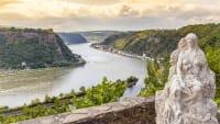 Blick von der Loreley Figur auf das Rheintal und Sankt Goarshausen