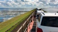 Autozug auf dem Hindenburgdamm auf dem Weg nach Sylt