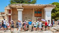 Große Gruppe von Pauschaltouristen auf einer geführten Tour vor dem Palast von Knossos auf Kreta