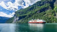 Hurtigruten Kreuzfahrtschiff in einem Fjord