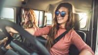 Zwei junge Frauen fahren im Auto