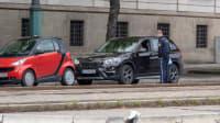 Polizist kontrolliert Autofahrer