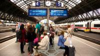 Fahrgäste warten auf den Zug