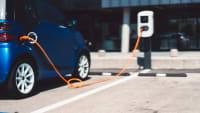 Elektroauto steht an einer Ladesäule