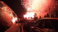Autos und Feuerwerk