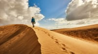 Frau wandert auf Sanddüne bei Maspalomas auf Gran Canaria